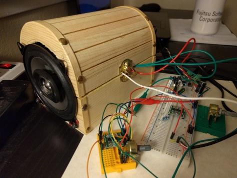 ყუთში ჩავდე დინამიკები, მაგრამ მათსა და კორპუსს შორის დიდი ნაპრალია. ასევე, ყველა ელექტრონული კომპონენტი გარეთაა. ხმის ამწევ-დამწევი მონოა.
