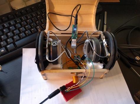 ყუთი გავხვრიტე და ჩავსვი Audio AUX პორტი, ჩამრთველი და ხმის მომართველი. ასევე D-კლასის ხმის გამაძლიერებელი
